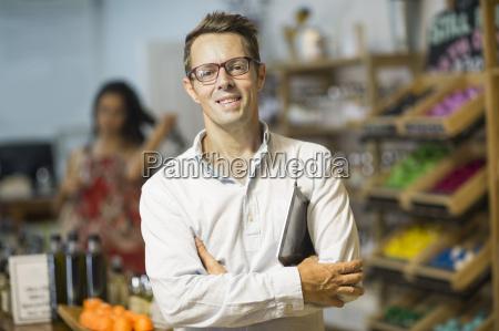 portraet des shoppkeepers im gesundheitsladen
