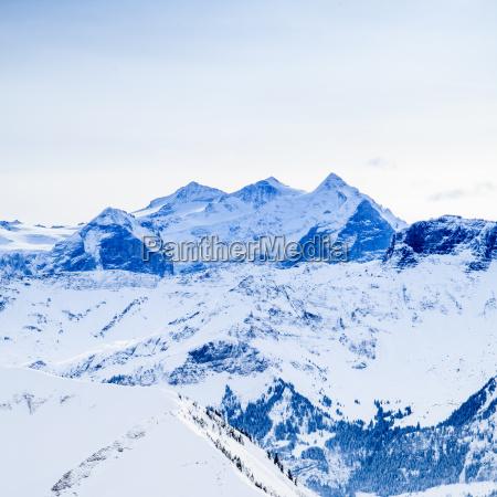 winterschnee bedeckte berggipfel in europa die