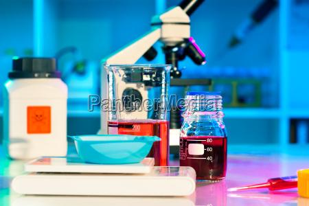 forscher arbeiten in wissenschaftlichen labor
