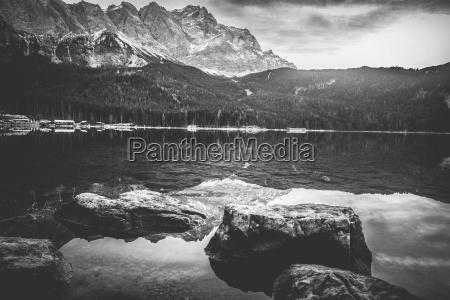 monochrome landschaft mit bergen die sich