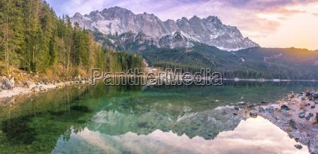 die alpen spiegeln sich bei sonnenuntergang