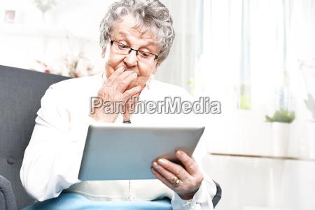 grossmutter und dem computer eine aeltere