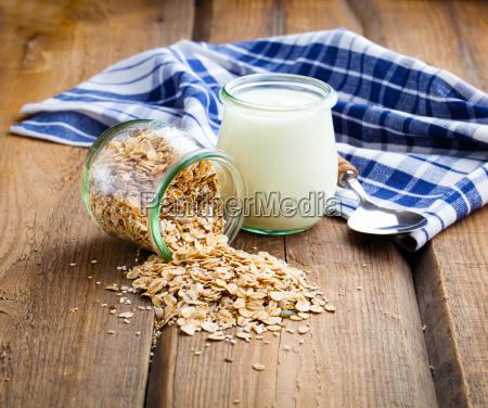 joghurt mit haferflocken in einem glasbehaelter