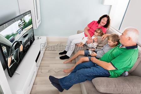 enkel spielen videospiele mit seinen grosseltern