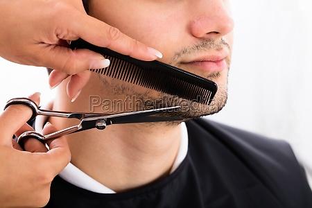 friseur shaping mann bart mit schere