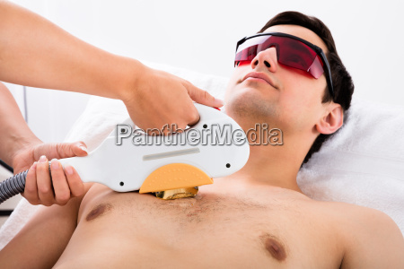 therapeut der laser epilation behandlung man
