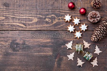 weihnachtsdekoration auf holzuntergrund mit kopie raum