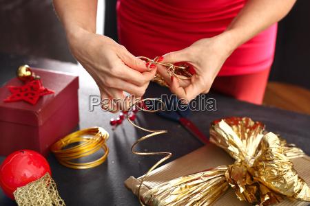 frau packt geschenke schritt fuer schritt