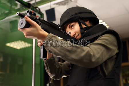 polizistin am schiessstand mit einem gewehrschuss