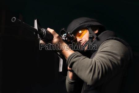 der mann mit einer pistole anti