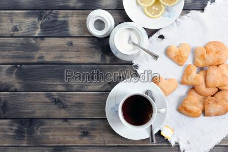 fruehstueck mit tee und keksen