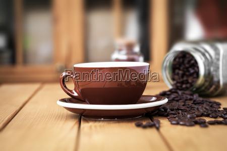 cup kaffee auf einem holztisch mit