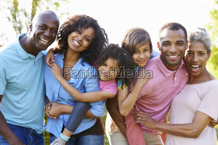 multi generation african american family steht