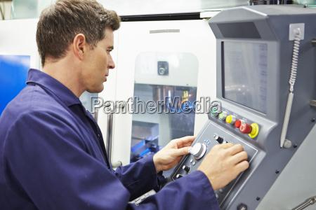 ingenieur betriebscomputergesteuerte fraesmaschine