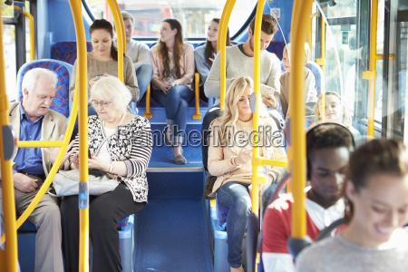 innenraum der bus mit passagieren
