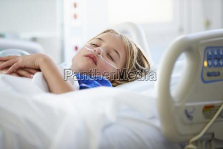 junges maedchen schlafen in intensive care