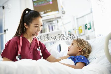 junges maedchen das weibliche krankenschwester gespraech