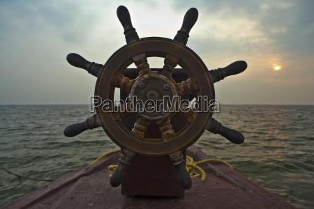 close up hausboot fahren rad an