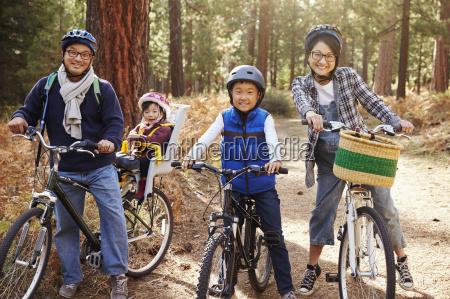 portrait eines asiatischen familie auf fahrraedern