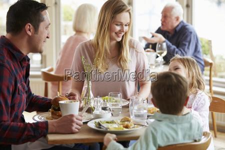 familie die mahlzeit im restaurant zusammen