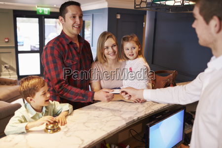 familie einchecken im hotel rezeption