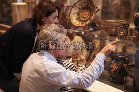 familie blick auf artefakte im glas