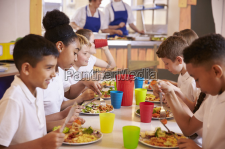 primary school kids eating at a