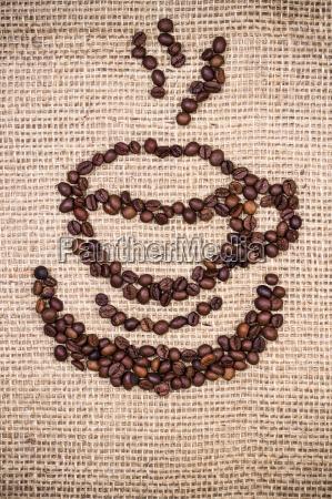 kaffeetasse mit dampf aus kaffeebohnen gebildet