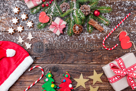 weihnachtsdekoration auf hoelzernen hintergrund mit kopie