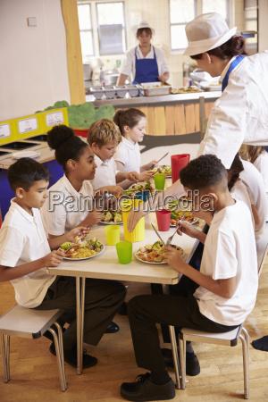 grundschule, kinder, essen, mittagessen, in, der - 19378016