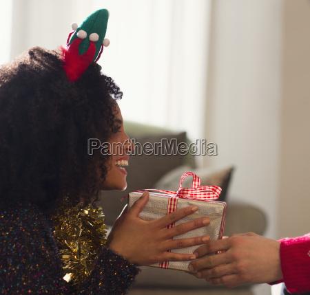 enthusiastische freundin erhaelt weihnachtsgeschenk vom freund