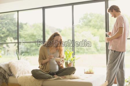 schwangere paare essen und trinken kaffee