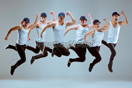 grupa mezczyzn i kobiet tanczyla choreografia