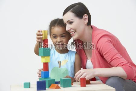 lehrer und pre school schueler spielen