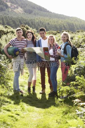 gruppo di giovani in campeggio in