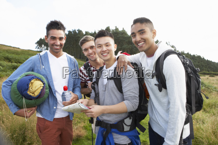 gruppe junger maenner auf camping ausflug