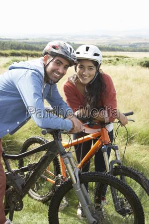 junges paar radfahren in der landschaft