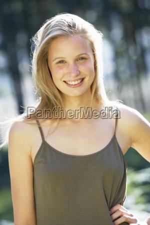 portraet von attraktiven teenager maedchen in