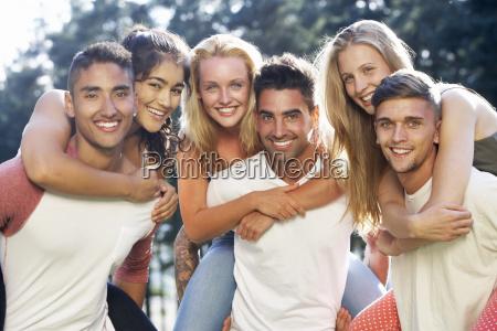 gruppe von jungen menschen entspannung auf