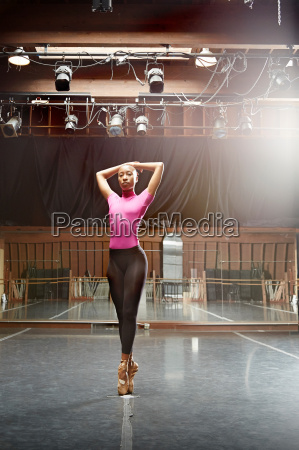 ballett taenzerin stehend en pointe