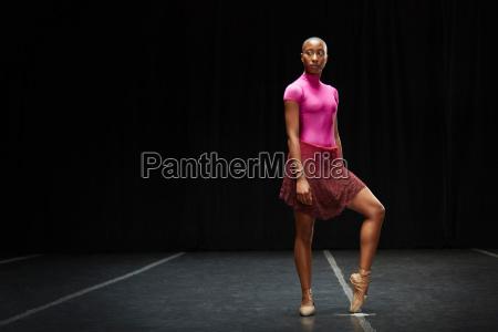 balletttaenzer mit fuss auf zehenspitzen