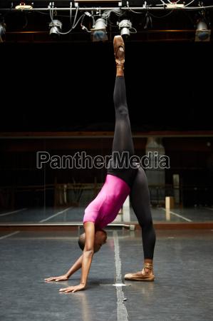 balletttaenzerder in handstandposition geht