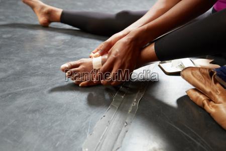 balletttaenzerder zu fuss gips aufsetzt