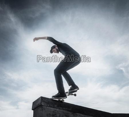 junger mann der auf dach skateboard