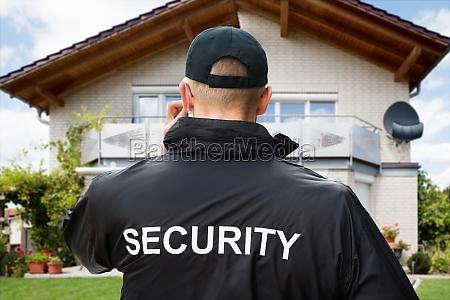 security guard traegt jacke