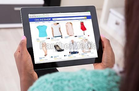 frauen holding tablet pc zu hause