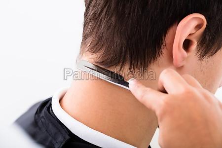 friseur schneiden des mannes haar mit