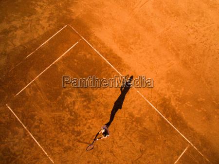 luftaufnahme einer tennisspielerin auf einem spielfeld