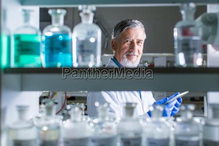 aelterer maennlicher forscher in einem labor