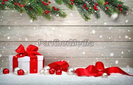 weihnachten holz hintergrund mit geschenk und